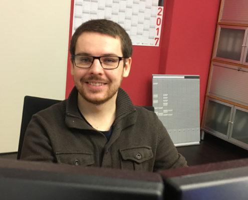 Alexander Konradi an seinem Arbeitsplatz